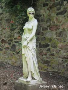 f statue